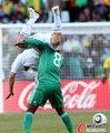 图文:希腊2-1尼日利亚 雅库布熊抱对手