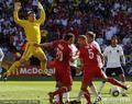 图文:德国VS塞尔维亚 门将飞身扑救