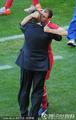 图文:德国VS塞尔维亚 拥抱主帅庆祝