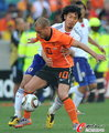 图文:荷兰VS日本 斯内德无路可走
