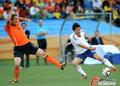 图文:荷兰VS日本 马泰森封挡射门
