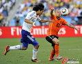 图文:荷兰VS日本 斯内德奋力抢球