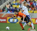 图文:荷兰VS日本 范博梅尔被绊倒