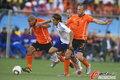图文:荷兰VS日本 荷兰队二人包夹