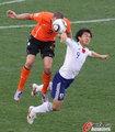图文:荷兰1-0日本 冈崎慎司摔倒