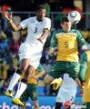 图文:加纳VS澳大利亚 吉安与后卫争顶