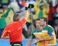 图文:加纳VS澳大利亚 科威尔领红牌