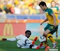 图文:加纳1-1澳大利亚 安南争抢皮球