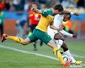 图文:加纳1-1澳大利亚 科威尔边线争抢