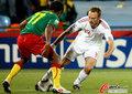 图文:喀麦隆1-2丹麦 罗梅达尔晃过对手