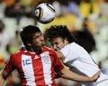 图文:斯洛伐克VS巴拉圭 双方球员争抢