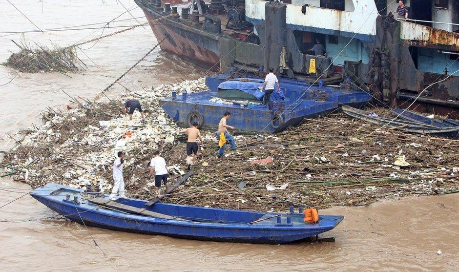 船员们踩着垃圾上船