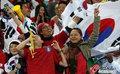 图文:韩国VS尼日利亚 球迷激情助威(27)