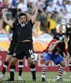 图文:巴拉圭0-0新西兰 法隆示意没有犯规