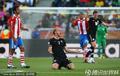 图文:巴拉圭0-0新西兰 倒地抱怨犯规
