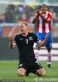 图文:巴拉圭0-0新西兰 艾略特抱怨犯规