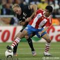 图文:巴拉圭0-0新西兰 背身护球