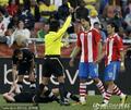 图文:巴拉圭0-0新西兰 裁判果断出示黄牌