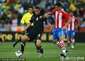 图文:巴拉圭0-0新西兰 里德受到侵犯