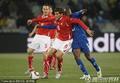 图文:瑞士0-0洪都拉斯 双方身体比拼