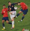 图文:智利1-2西班牙 托雷斯遭夹防