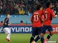 图文:智利1-2西班牙 伊涅斯塔专注比赛