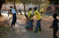 南非儿童感受足球魅力
