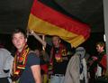 组图:德球迷举旗狂呼 三狮拥趸呆坐黯然神伤