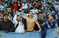 组图:阿根廷球迷赤膊助阵 动物装扮引爆看台