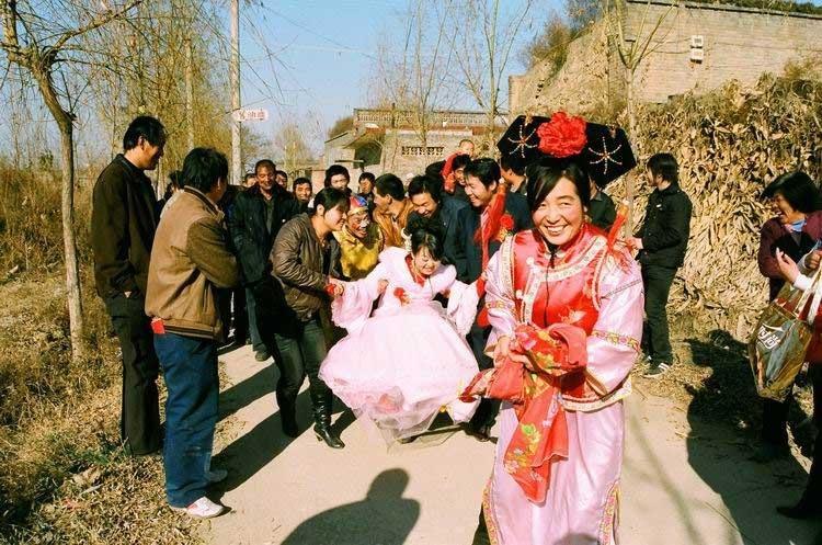 新媳妇进村(李达鹏摄)