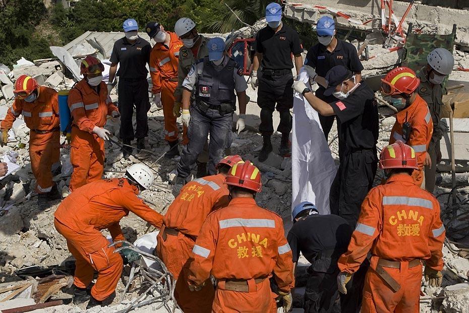 1月16日,海地首都太子港,中国国际救援队在联合国海地特派团总部对遇难者进行搜寻工作。此前八名中方失踪人员遗体已全找到。