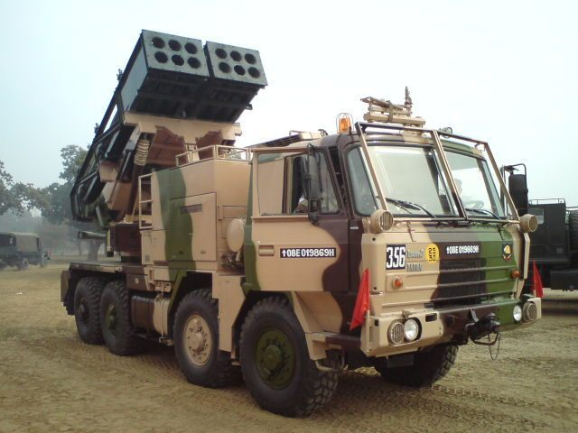 印度展示国产皮纳卡和俄制龙卷风火箭炮系统图片