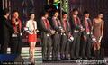 组图:韩国队回国受英雄般待遇 当红组合献歌