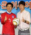 组图:朴智星参加活动 送孩子签名足球