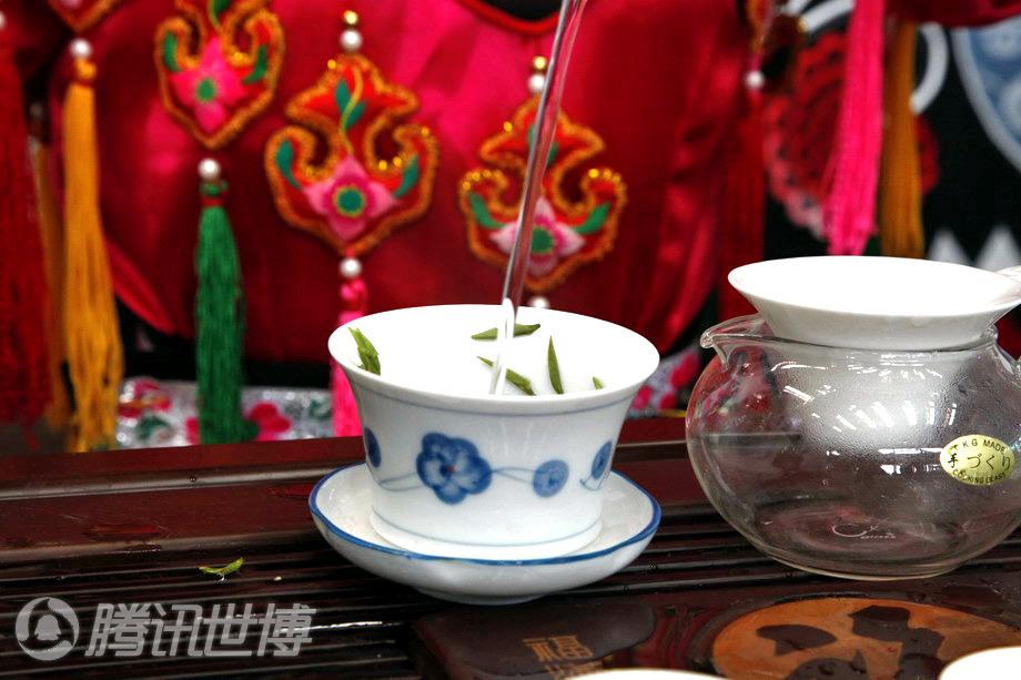 美女:北川舞台尔玛姐高清大茶艺秀羌族皮衣美女文宝钢图片