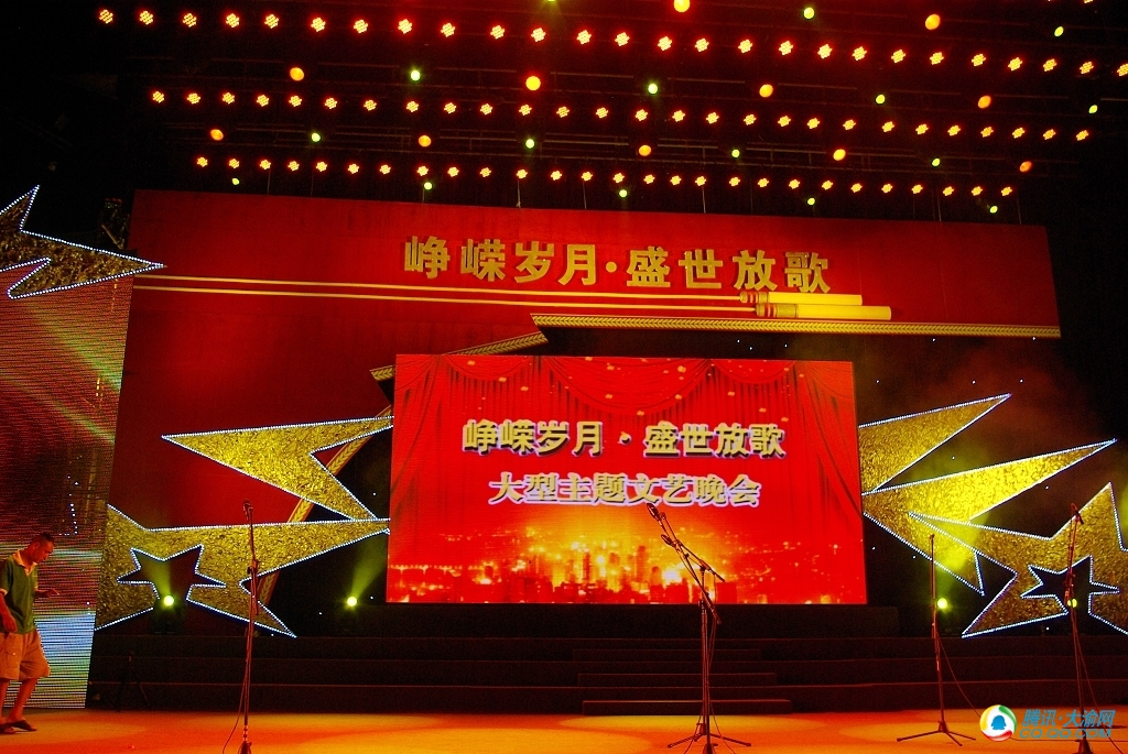 《我是一个兵》 指挥:李玉宁 乐队首席:陈立新 演唱:总政歌舞团合唱团