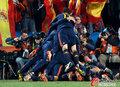 图文:巴拉圭0-1西班牙 西班牙人叠人庆祝