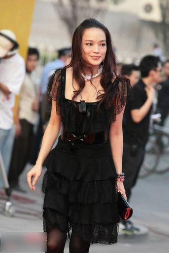 网眼:黑丝女星银色边卖弄组图热衷风情的美女丝袜蕾丝包臀图片