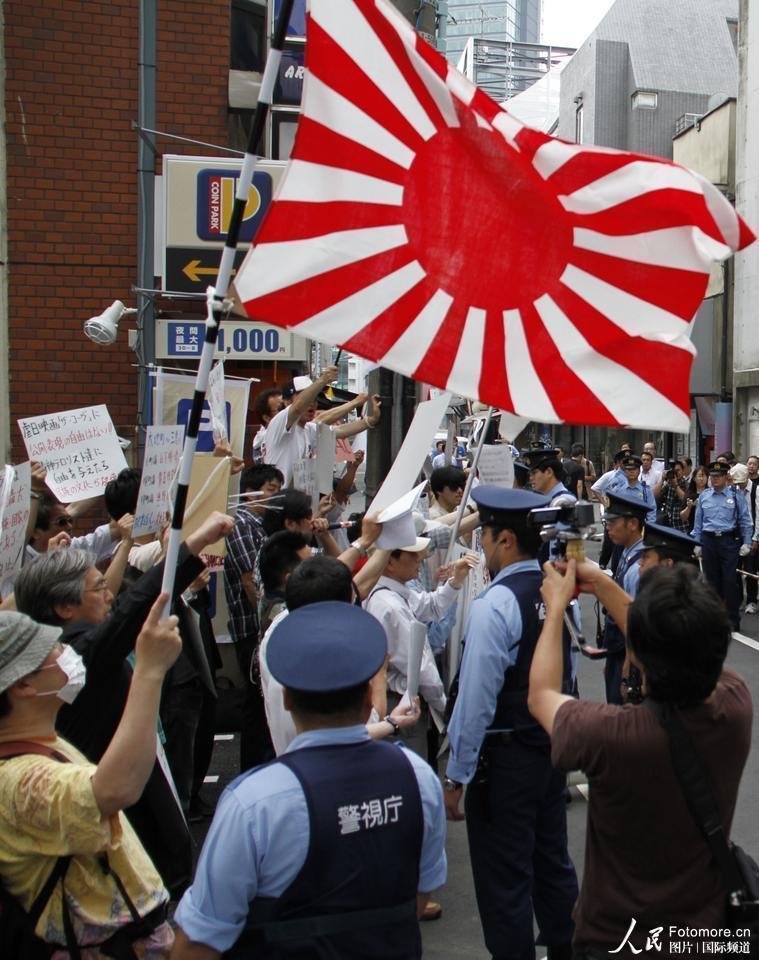 2010年7月3日,日本,东京:支持捕鲸者在电影院前抗议。