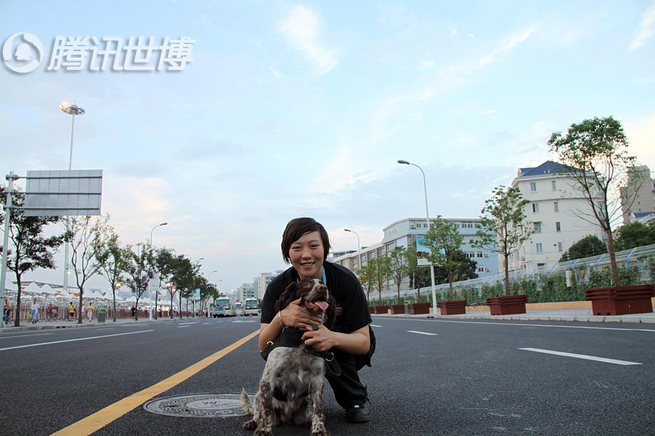 """中国馆前面的这条大道曹阳带着""""牙牙""""不知道走过了无数回,曹阳说自己和狗狗都喜欢这里"""