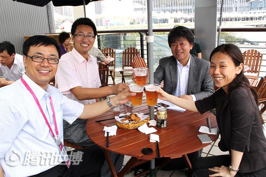 """片冈先生与记者一起在""""啤酒花园""""愉快的用餐。"""