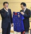 高清:日本首相接见男足代表 获赠签名球衣