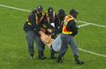 组图:赤膊球迷冲入场内庆祝 遭警察围堵被擒