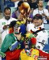 图文:西班牙VS德国 球迷激情助威(11)