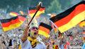 图文:德国负西班牙 国内球迷激情助威(30)