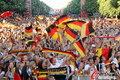 图文:德国负西班牙 国内球迷激情助威(37)