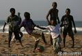 南非孩童享受足球乐趣