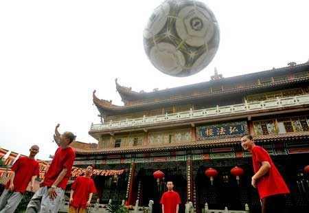 高僧秀功夫足球 叹梅西不懂旋风地堂腿 (组图) - shanzhiying1960 - shanzhiying1960