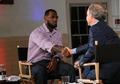 组图:詹姆斯宣布加盟热火 与ESPN主持人握手