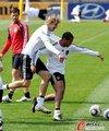图文:德国认真备战 球员场上尽显轻松(9)